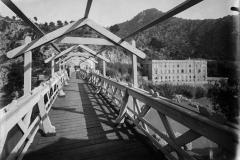 Puente con el balneario de fondo